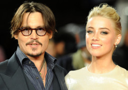 Johnny Depp and Amber Heard pose for photographers as they arrive for the European premiere of 'The Rum Diary', London, November 3, 2011.   REUTERS/Paul Hackett  (BRITAIN - Tags: ENTERTAINMENT PROFILE SOCIETY) - RTR2TKVR
